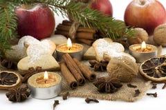 Kerstmisstilleven met koekjes, kaars en kruiden Stock Foto
