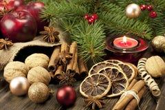 Kerstmisstilleven met kruiden en kaars Stock Afbeelding