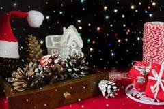 Kerstmisstilleven met lichten op de achtergrond Stock Afbeeldingen