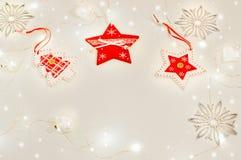 Kerstmisstilleven met vakantielichten Mandarijnen, houten decoratie rode sterren, Kerstboom, zilveren sneeuwvlokken, wit glas Royalty-vrije Stock Afbeeldingen