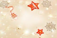 Kerstmisstilleven met vakantielichten Mandarijnen, houten decoratie rode sterren, Kerstboom, zilveren sneeuwvlokken, wit glas Royalty-vrije Stock Foto's