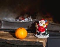 Kerstmisstilleven in open haard Kerstboom, mandarijn, Sa royalty-vrije stock foto