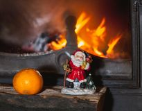 Kerstmisstilleven in open haard Kerstboom, mandarijn, Sa stock afbeelding