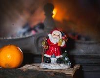 Kerstmisstilleven in open haard Kerstboom, mandarijn, Sa stock fotografie