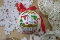 Kerstmisstuk speelgoed bal met lint Royalty-vrije Stock Foto's