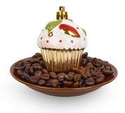 Kerstmisstuk speelgoed cake op koffiebonen in een kom Stock Foto's