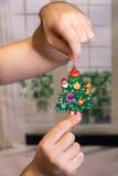 Kerstmisstuk speelgoed in de handen van mensen Royalty-vrije Stock Afbeeldingen