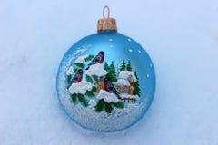 Kerstmisstuk speelgoed in de sneeuw Stock Afbeelding