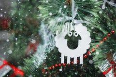 Kerstmisstuk speelgoed - een lam - een symbool van nieuw jaar 2015 Royalty-vrije Stock Afbeelding