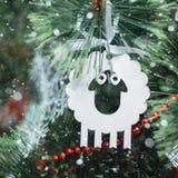 Kerstmisstuk speelgoed - een lam - een symbool van nieuw jaar 2015 Royalty-vrije Stock Fotografie