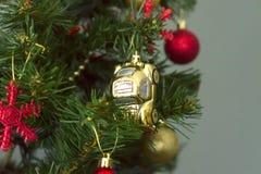 Kerstmisstuk speelgoed, gouden auto Royalty-vrije Stock Afbeelding