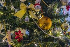 Kerstmisstuk speelgoed het hangen op een Kerstboom tegen de achtergrond stock fotografie