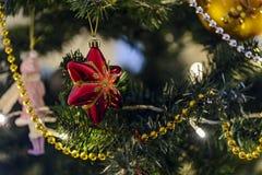 Kerstmisstuk speelgoed het hangen op een Kerstboom tegen de achtergrond stock foto's