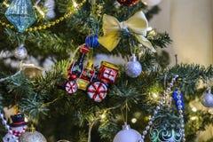 Kerstmisstuk speelgoed het hangen op een Kerstboom tegen de achtergrond stock foto