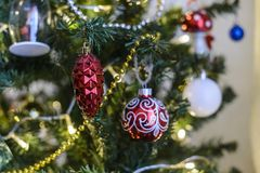 Kerstmisstuk speelgoed het hangen op een Kerstboom tegen de achtergrond stock afbeelding