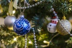 Kerstmisstuk speelgoed het hangen op een Kerstboom tegen de achtergrond stock afbeeldingen