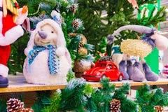 Kerstmisstuk speelgoed, het Sneeuwmeisje naast Santa Claus stock afbeeldingen