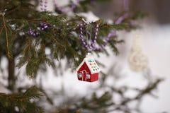 Kerstmisstuk speelgoed huis op de boom Stock Foto