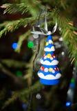 Kerstmisstuk speelgoed kleine houten helder gekleurde Kerstboomhangi Royalty-vrije Stock Afbeeldingen