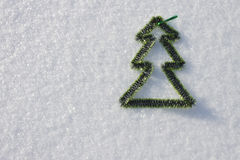 Kerstmisstuk speelgoed op de sneeuw, door de zon in een de winterdag die wordt aangestoken Royalty-vrije Stock Fotografie