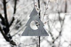 Kerstmisstuk speelgoed op een boom in de winter royalty-vrije stock afbeeldingen