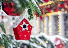 Kerstmisstuk speelgoed rode het nestelen doos op de Kerstboom stock afbeelding