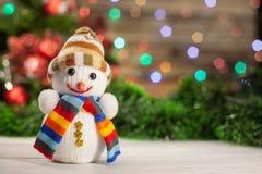 Kerstmisstuk speelgoed sneeuwman in hoed en multi-colored sjaal royalty-vrije stock afbeeldingen