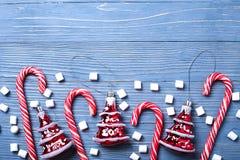 Kerstmissuikergoed en traktaties op de lijst Zoete giften voor childre Royalty-vrije Stock Afbeeldingen