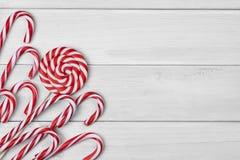 Kerstmissuikergoed op witte houten achtergrond stock foto