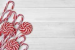 Kerstmissuikergoed op witte houten achtergrond stock afbeeldingen