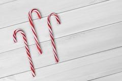 Kerstmissuikergoed op witte houten achtergrond royalty-vrije stock afbeeldingen