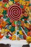 Kerstmissuikergoed, sneeuw, rode lolly en gekleurde vruchten royalty-vrije stock foto