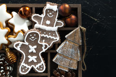 Kerstmissymbolen in een houten doos op zwarte houten achtergrond Royalty-vrije Stock Foto