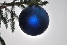 Kerstmissymbool boven de pijnboomboom Stock Fotografie