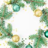 Kerstmistak en klokken Het ronde kader van spar vertakt zich, glasballen en gouden confettien op witte achtergrond Vlak leg, hoog Stock Afbeelding
