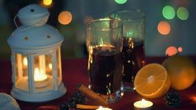 Kerstmistak en klokken Hete overwogen wijn en nieuwe jaarlantaarn stock foto's