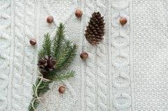 Kerstmistak en klokken Kerstmisboeket met sparren, spar, sneeuwvlokken op witte gebreide achtergrond De kaart van de vakantie Uit Stock Foto