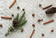 Kerstmistak en klokken Kerstmisboeket met sparren, spar, sneeuwvlokken, op witte gebreide achtergrond De kaart van de vakantie Ui Stock Afbeeldingen