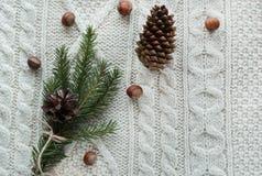 Kerstmistak en klokken Kerstmisboeket met sparren, spar, sneeuwvlokken op witte gebreide achtergrond De kaart van de vakantie Uit Stock Fotografie