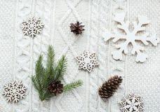 Kerstmistak en klokken Kerstmisboeket met sparren, spar, sneeuwvlokken op witte gebreide achtergrond De kaart van de vakantie Uit Stock Afbeelding