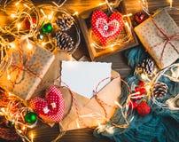 Kerstmisthema op houten lijst stock afbeeldingen