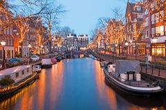 Kerstmistijd in Amsterdam Nederland bij schemer stock afbeelding