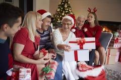 Kerstmistijd met familie Stock Foto