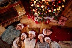 Kerstmistijd met familie wordt doorgebracht die Stock Foto