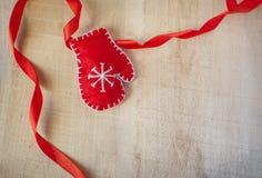 Kerstmistoebehoren die op witte houten muur hangen stock foto's