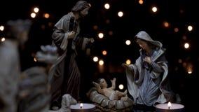 Kerstmistrog van de geboorte van Christusscène met kaarsenlichten stock video