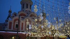 Kerstmisverlichting bij nacht in Moskou stock footage
