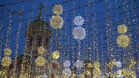 Kerstmisverlichting op Nikolskaya-straat stock videobeelden