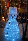 Kerstmisvertoning van de sneeuwmansneeuw met fonkelend lichtensprookjesland Royalty-vrije Stock Foto