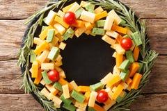 Kerstmisvoedsel: een kroon van pestokaas, cheddar, mimoletteverstand stock foto's
